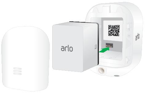 Ein Bild eines Arlo Security Light mit entfernter Batteriefachabdeckung und den mit den Batteriekontakten ausgerichteten Batterien, die gerade eingelegt werden.