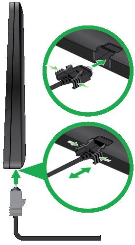 Arlo太陽能電池板圖像,帶有兩個電纜連接特寫,一個電纜已插入,一個電纜未插入